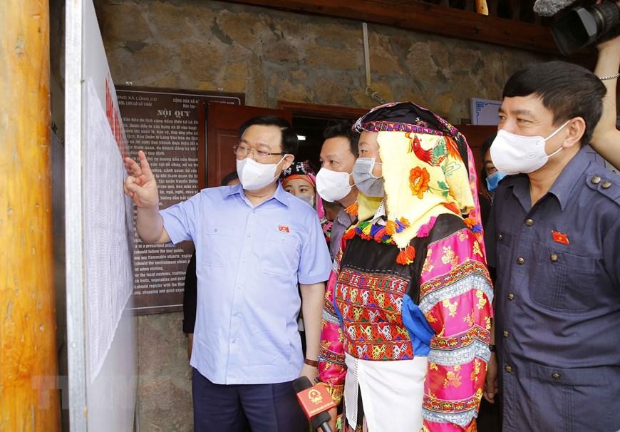 Chủ tịch Quốc hội Vương Đình Huệ kiểm tra niêm yết danh sách cử tri tại điểm bỏ phiếu thôn Lô Lô Chải, xã Lũng Cú. Ảnh: TTXVN