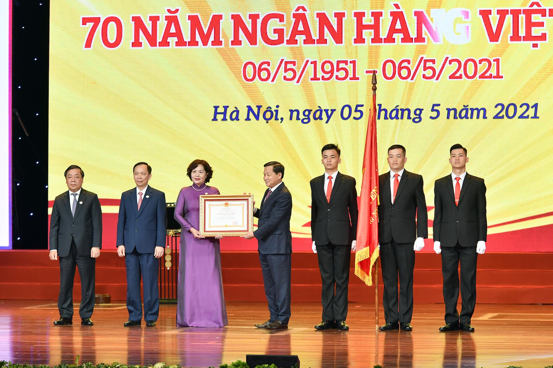 Phó Thủ tướng Lê Minh Khái trao Huân chương Lao động hạng Nhất cho Ngân hàng Nhà nước Việt Nam.