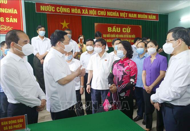 Chủ tịch Quốc hội Vương Đình Huệ trao đổi với các đồng chí phụ trách công tác bầu cử tại đơn vị bỏ phiếu số 2, phường An Tường, thành phố Tuyên Quang. Ảnh: Doãn Tấn/TTXVN