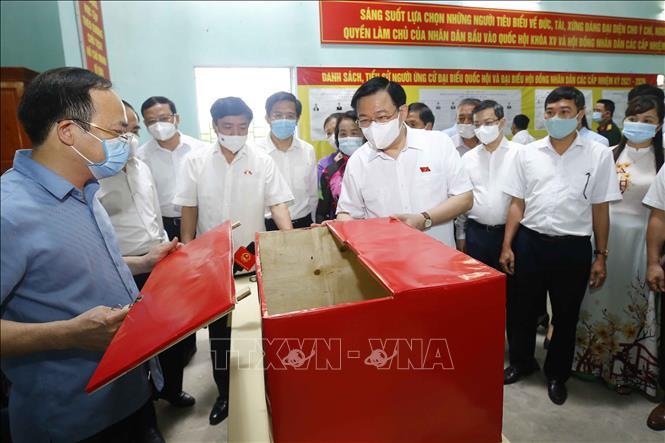 Chủ tịch Quốc hội Vương Đình Huệ kiểm tra công tác bầu cử tại đơn vị bỏ phiếu số 2, phường An Tường, thành phố Tuyên Quang. Ảnh: Doãn Tấn/TTXVN