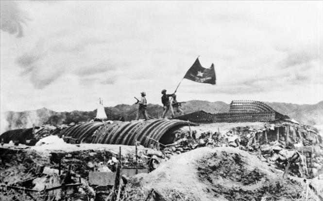 Ngày 7/5/1954, lá cờ đỏ sao vàng tung bay trên nóc hầm chỉ huy của tướng Đờ-cát – đã kết thúc thắng lợi chiến dịch Điện Biên Phủ. (Ảnh tư liệu TTXVN).