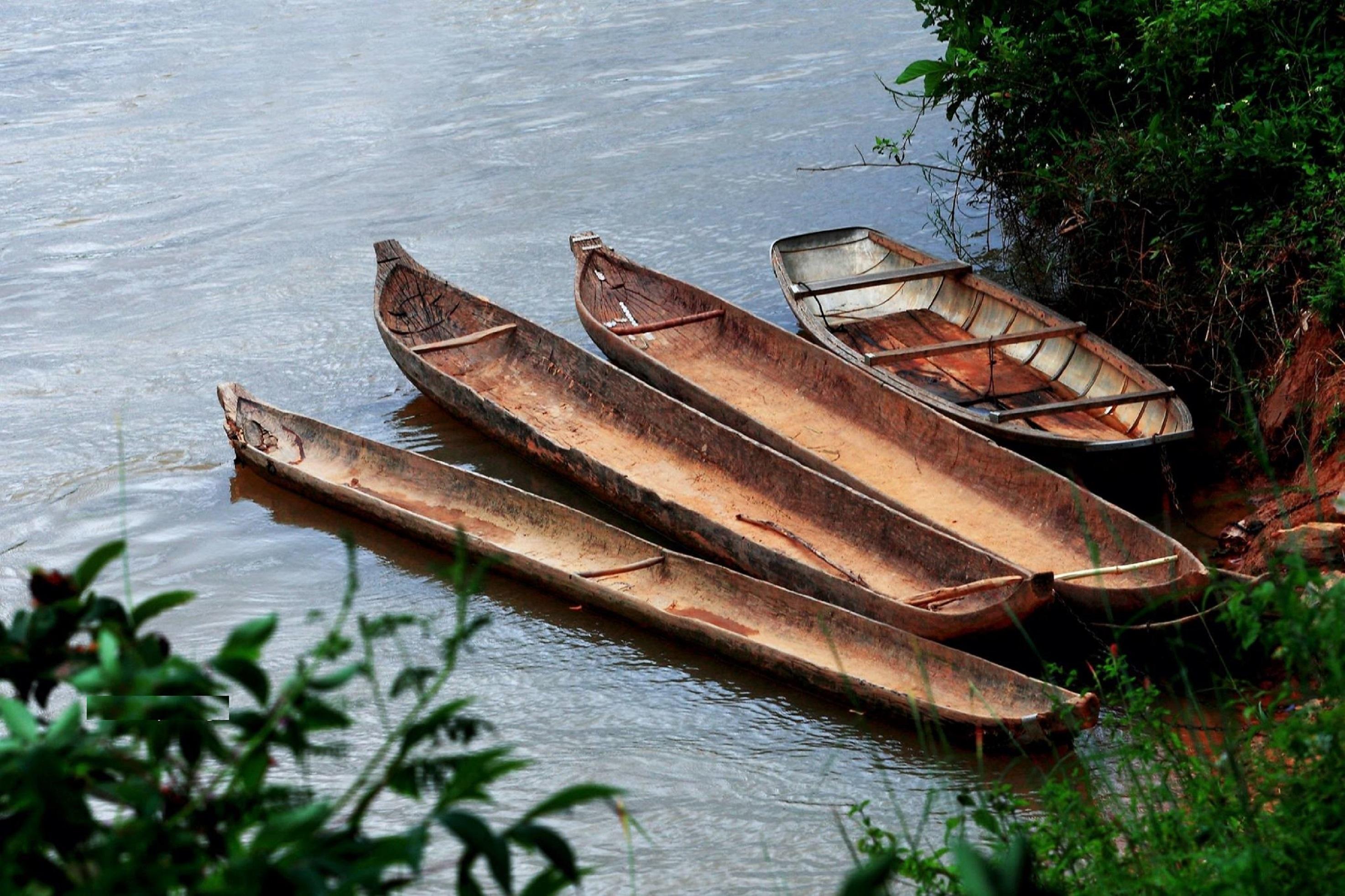 Những chiếc thuyền độc mộc nằm bên sông đã in dấu thời gian.