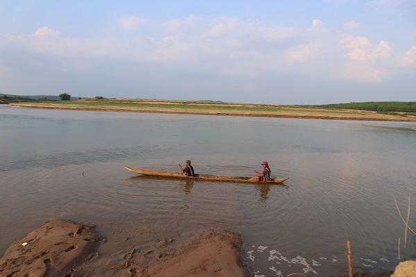 Chèo thuyền độc mộc trên sông