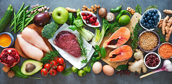 Ăn đầy đủ, cân đối các nhóm chất dinh dưỡng để cơ thể luôn khỏe mạnh, phòng dịch bệnh.