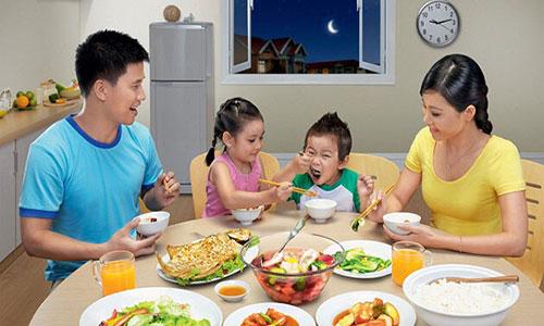 Ăn đủ 3 bữa/ ngày để đảm bảo cơ thể luôn đầy đủ dưỡng chất.