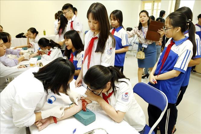 Viện huyết học truyền máu Trung ương phối hợp với Trung tâm Y tế quận Hoàn Kiếm (Hà Nội) tổ chức truyền thông, xét nghiệm máu, tư vấn sàng lọc, phát hiện bệnh Thalassemia cho 2.500 học sinh các trường phổ thông trên địa bàn. Ảnh tư liệu: Dương Ngọc/TTXVN