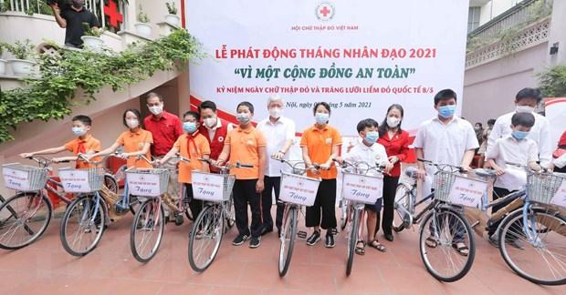 Tặng xe đạp cho các trẻ có hoàn cảnh khó khăn. (Ảnh: Thanh Tùng/TTXVN)