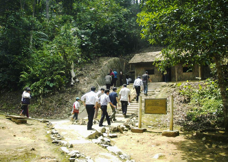 Du khách thăm lán làm việc của Đại tướng Võ Nguyên Giáp trong khu di tích Sở Chỉ huy Chiến dịch Điện Biên Phủ