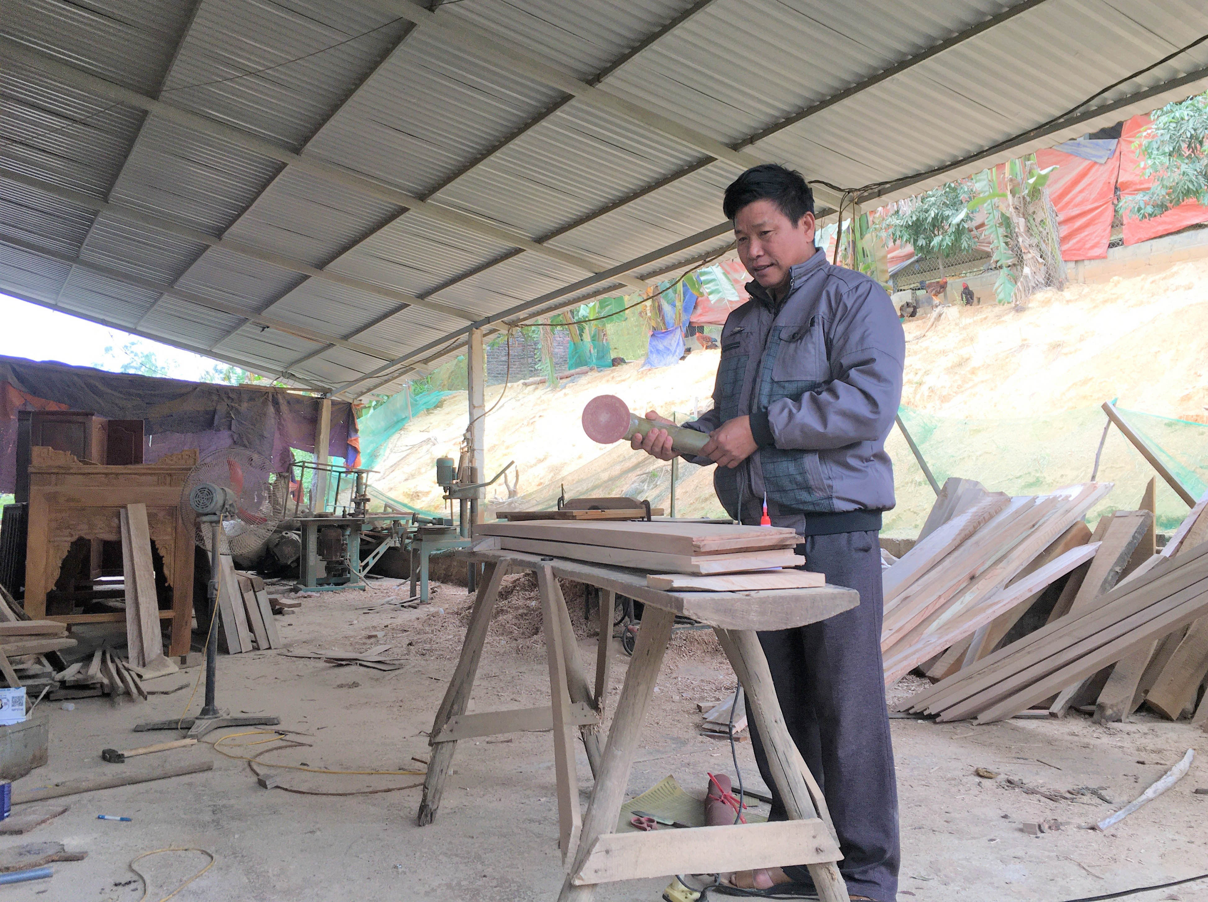 Ông Chung có kinh nghiệm hơn 20 năm làm nghề mộc
