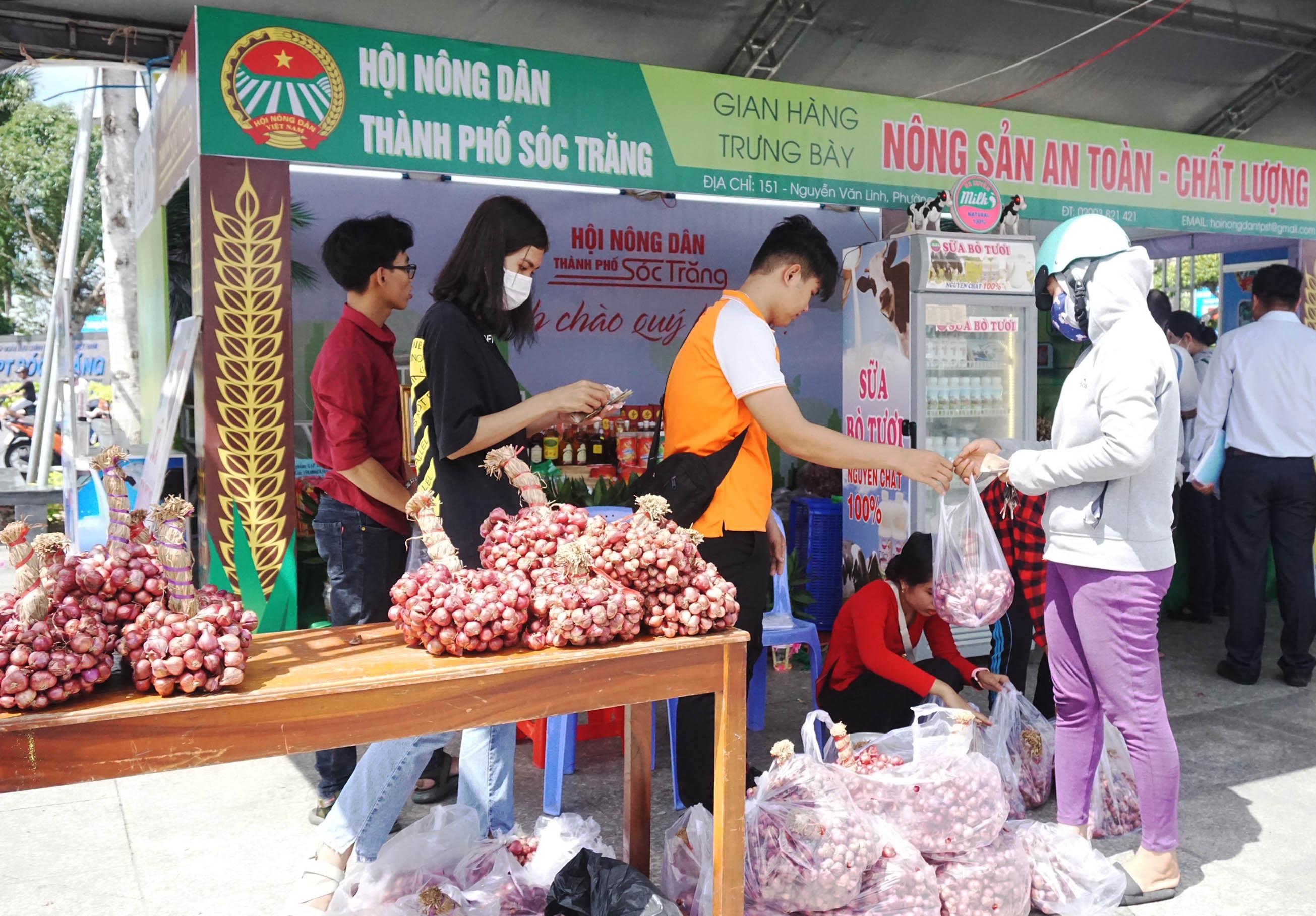 Hội Nông dân tỉnh Sóc Trăng hỗ trợ bà con tiêu thụ hành tím tại Hội chợ Nông sản