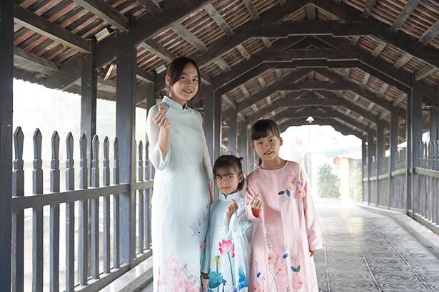 Ba chị em Trang, Giang và Ly duyên dáng trong tà áo dài do Vinamilk trao tặng