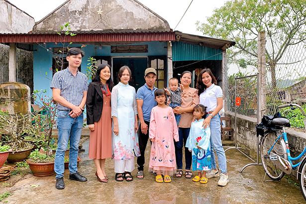 Cả gia đình và đại diện lá lành Vinamilk cùng nhau chụp những bức ảnh kỷ niệm để ghi dấu ngày đặc biệt này