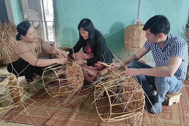 Các đại diện đến từ Vinamilk thử sức với việc đan bèo với sự hướng dẫn niềm nở của chị Thu