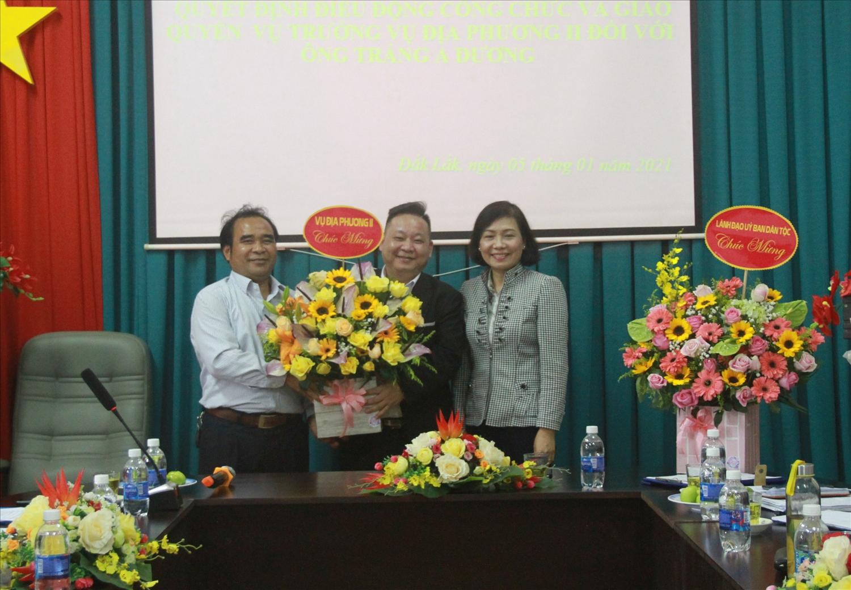 Ông Tráng A Dương (đứng giữa) nhận hoa chúc mừng chức vụ Quyền Vụ trưởng Vụ địa phương II, Uỷ ban Dân tộc (Tháng 1/2021)