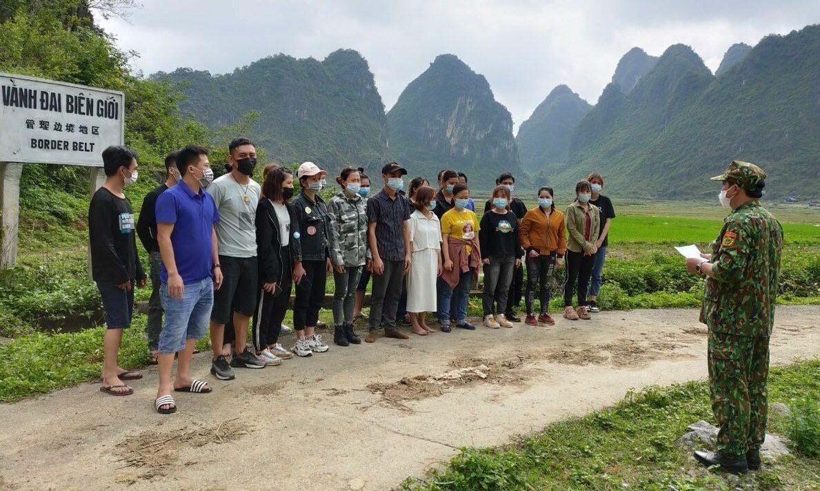 Bộ đội biên phòng Cao Bằng bắt giữ các công dân nhập cảnh trái phép qua địa bàn do Đồn Biên phòng Ngọc Côn quản lý. Ảnh: TTXVN phát.