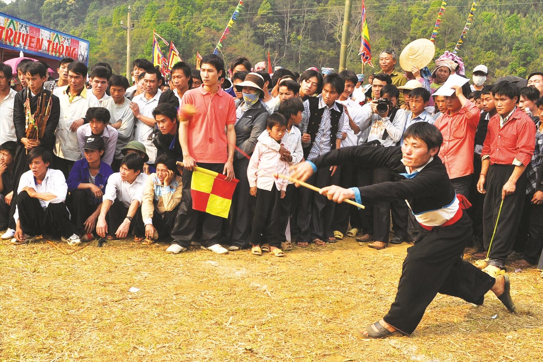 Đánh cù là trò chơi truyền thống ngày Tết của đồng bào dân tộc Mông