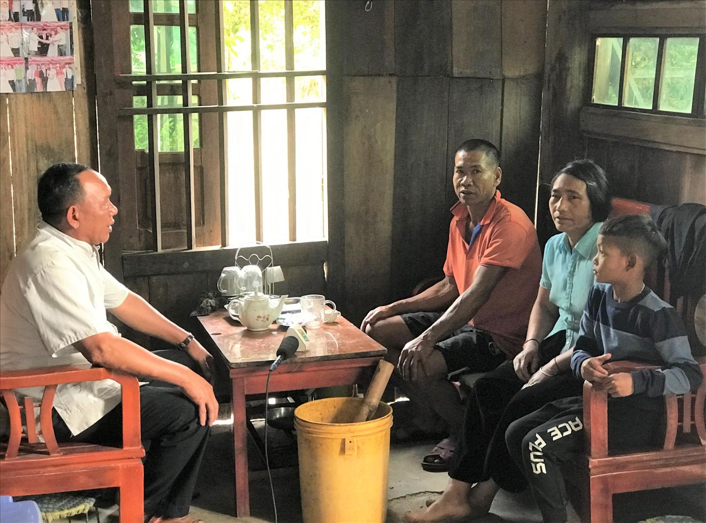 Người có uy tín La Văn Sơ (bên trái) đến từng nhà động viên các gia đình làm ăn phát triển kinh tế gia đình.