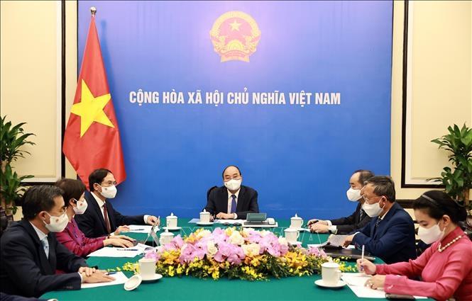 Chủ tịch nước Nguyễn Xuân Phúc điện đàm với Thủ tướng Nhật Bản Yoshihide Suga. Ảnh: Thống Nhất/TTXVN