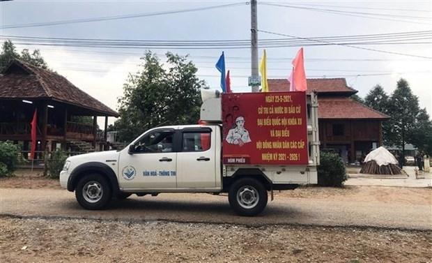 Xe lưu động thông tin về ngày bầu cử cho người dân tại huyện Ngọc Hồi, tỉnh Kon Tum. (Ảnh: Khoa Chương)