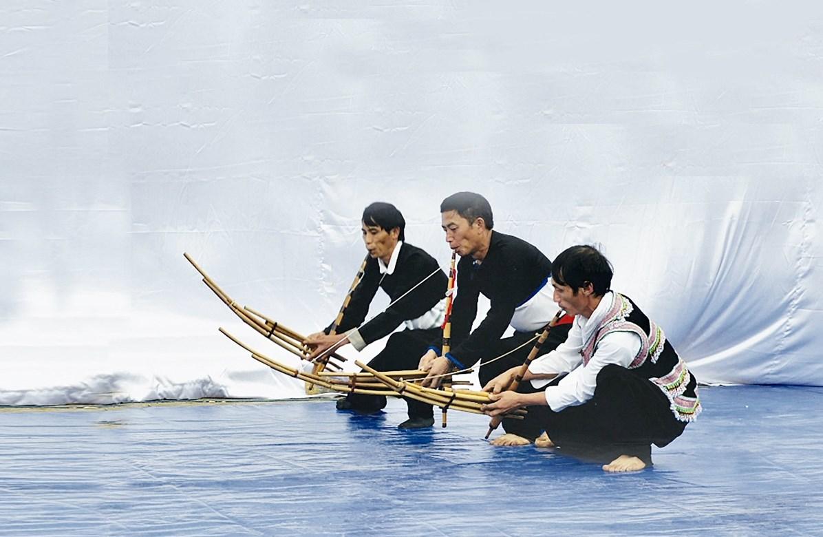 Nam giới dân tộc Mông múa khèn tại Lễ hội Gầu Tào (TP. Lai Châu, tỉnh Lai Châu).