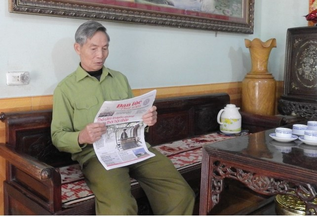 Người có uy tín Nguyễn Văn Huynh đọc Báo Dân tộc và Phát triển để học tập nhiều mô hình kinh tế hay chia sẻ lại với Nhân dân.