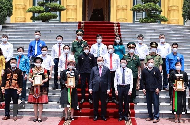 Chủ tịch nước Nguyễn Xuân Phúc tặng chân dung Chủ tịch Hồ Chí Minh cho các đại biểu. (Ảnh: Thống Nhất/TTXVN)