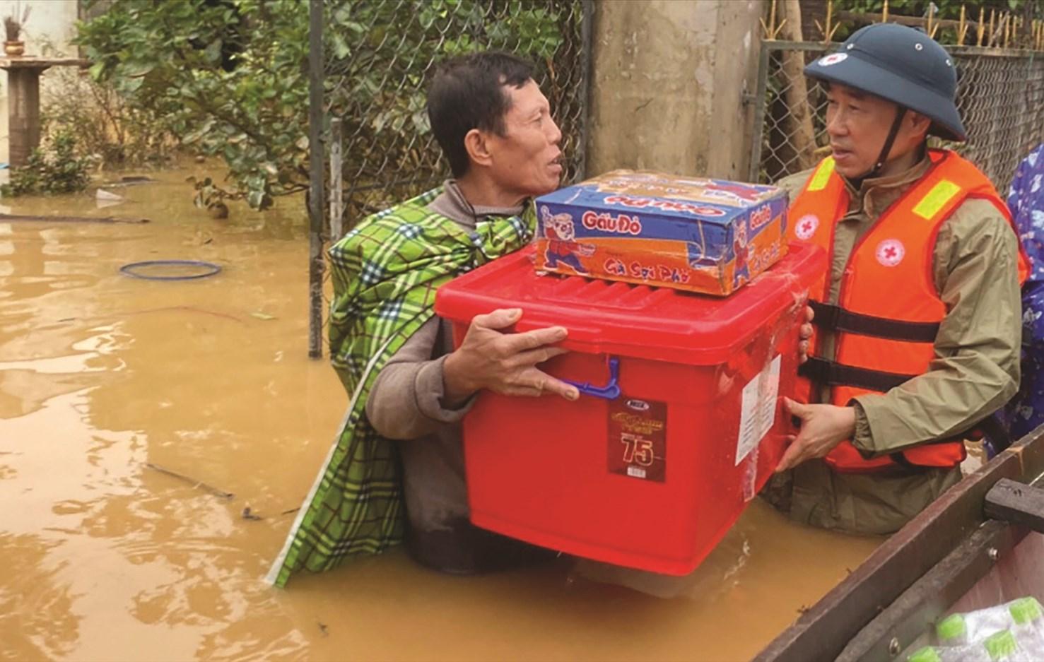 Tương trợ nhau trong hoạn nạn là truyền thống tốt đẹp của người Việt Nam.