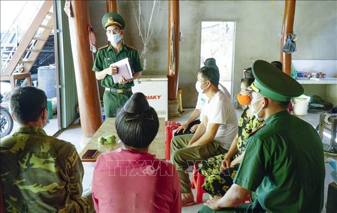 Việc tuyên truyền bầu cử được lực lượng biên phòng lồng ghép với tuyên truyền về phòng chống dịch ở tỉnh Điện Biên. Ảnh: Xuân Tư/TTXVN