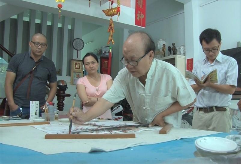 Họa sĩ Trương Lộ thể hiện tranh thủy mặc (Ảnh tư liệu)