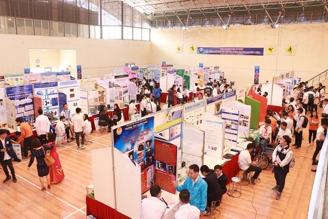 Các gian hàng giới thiệu dự án của học sinh tham dự cuộc thi Khoa học kỹ thuật
