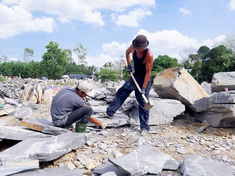 Nghề chẻ đá tiềm ẩn nhiều nguy cơ tai nạn lao động, bệnh nghề nghiệp