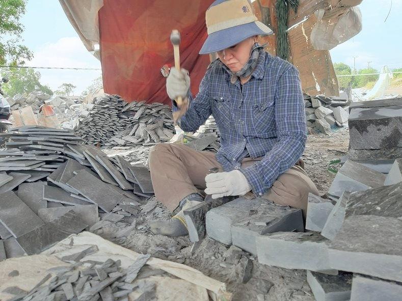 Một lao động nữ chẻ đá vùng biên giới Tri Tôn