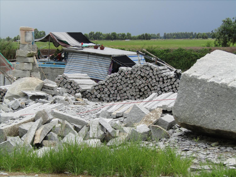 Những sản phẩm đá xẻ tại một xưởng xẻ đá ở huyện Tri Tôn