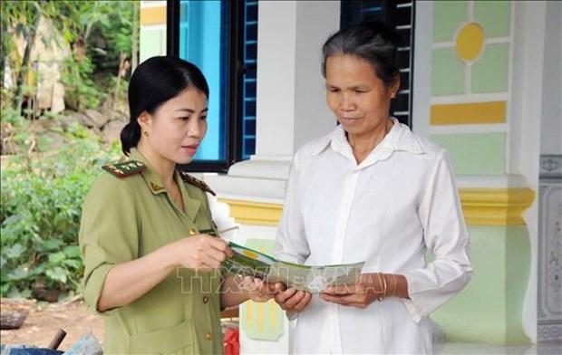 Lực lượng Kiểm lâm huyện Phù Yên, tỉnh Sơn La tuyên truyền vận động nhân dân tích cực tham gia quản lý, bảo vệ rừng và phòng, chữa cháy rừng. Ảnh: Quang Quyết-TTXVN
