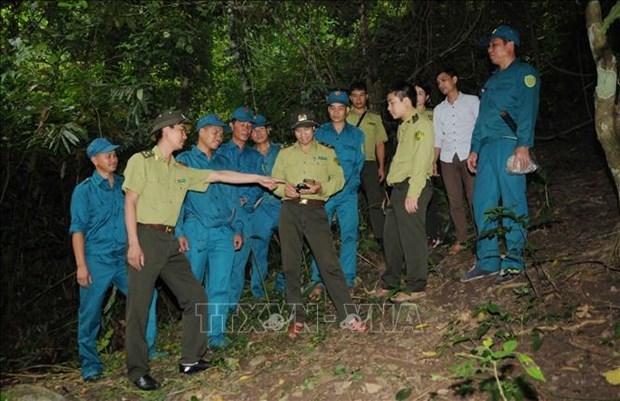 Cán bộ kiểm lâm địa bàn giới thiệu phần mềm theo dõi điểm cháy cho tổ, đội quản lý, bảo vệ rừng. Ảnh: Quang Quyết-TTXVN