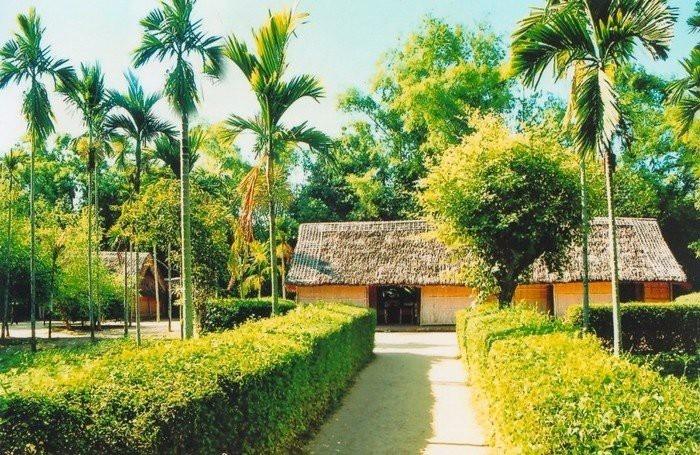 Ngôi nhà nhỏ ba gian, lợp tranh, trên đất vườn của ông bà ngoại, là nơi Chủ tịch Hồ Chí Minh cất tiếng khóc chào đời và sống ở đây cho tới năm lên 5 tuổi.