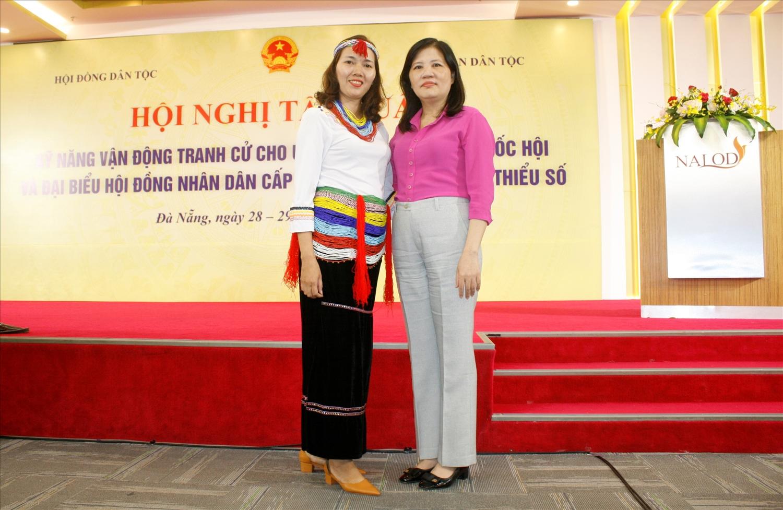 Ứng cử viên Đinh Thị Hoa Sen (bên trái) trong trang phục truyền thống dân tộc Co