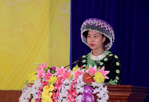 Ứng cử viên Giàng Thị Dùa phát biểu trong buổi tiếp xúc cử tri vận động bầu cử