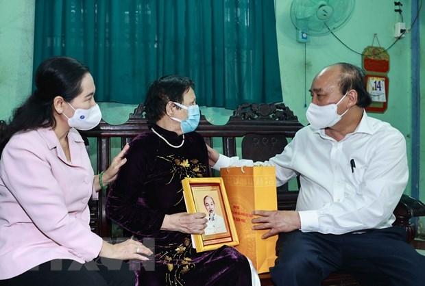 Chủ tịch nước Nguyễn Xuân Phúc thăm, tặng quà cho Mẹ Việt Nam Anh hùng Nguyễn Thị Xây, xã Tân Hiệp, huyện Hóc Môn. Ảnh: Thống Nhất/TTXVN