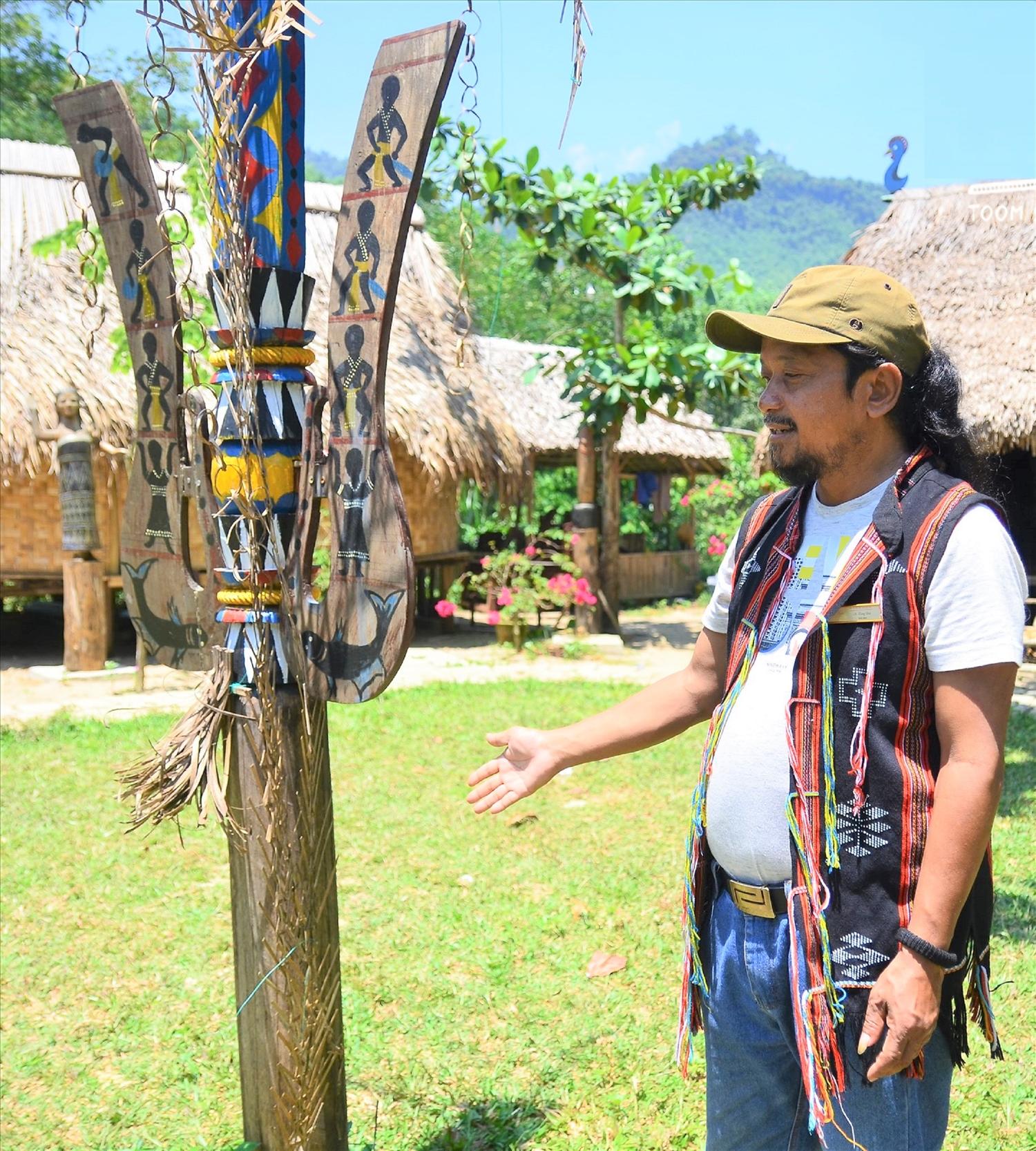 Già làng A Lăng Đợi giới thiệu về cây cột