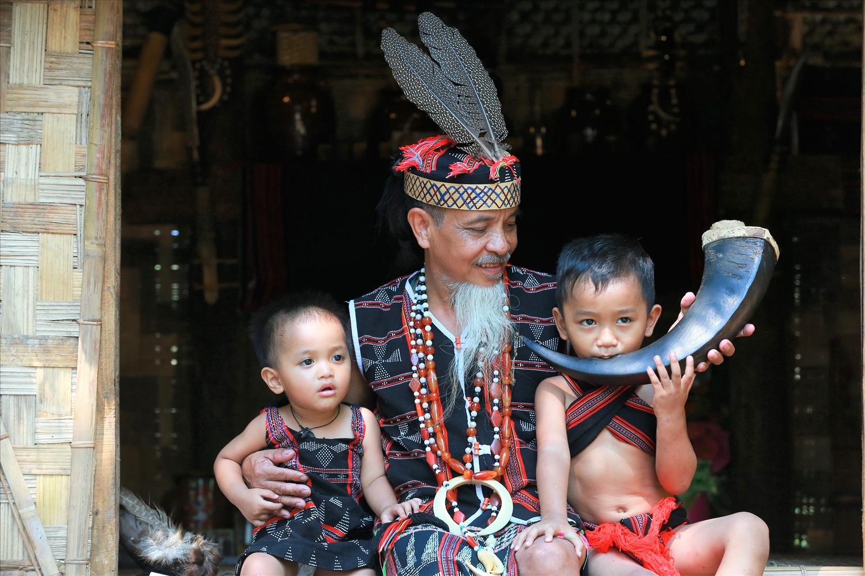 Những em bé người Cơ Tu ở làng Toom Sara được lớn lên từ cái nôi văn hóa truyền thống do người lớn truyền dạy lại