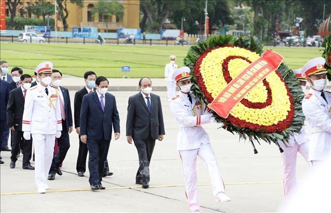 Lãnh đạo Đảng, Nhà nước đặt vòng hoa và vào Lăng viếng Chủ tịch Hồ Chí Minh. Ảnh: Dương Giang/TTXVN Chú thích ảnh