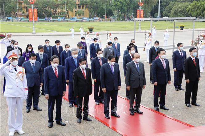 Lãnh đạo Đảng, Nhà nước tưởng niệm Chủ tịch Hồ Chí Minh. Ảnh: Dương Giang/TTXVN