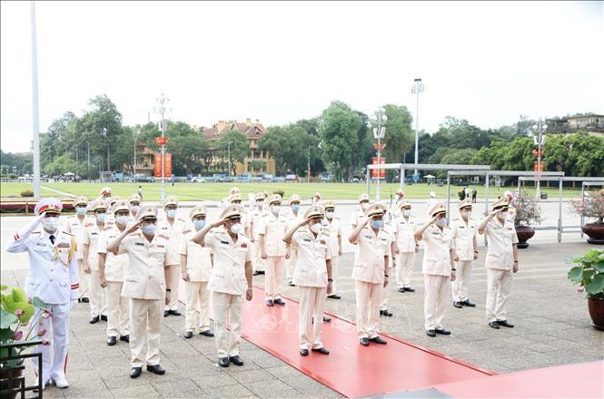 Đoàn đại biểu Đảng uỷ Công an Trung ương và Bộ Công an tưởng niệm Chủ tịch Hồ Chí Minh. Ảnh: Dương Giang/TTXVN