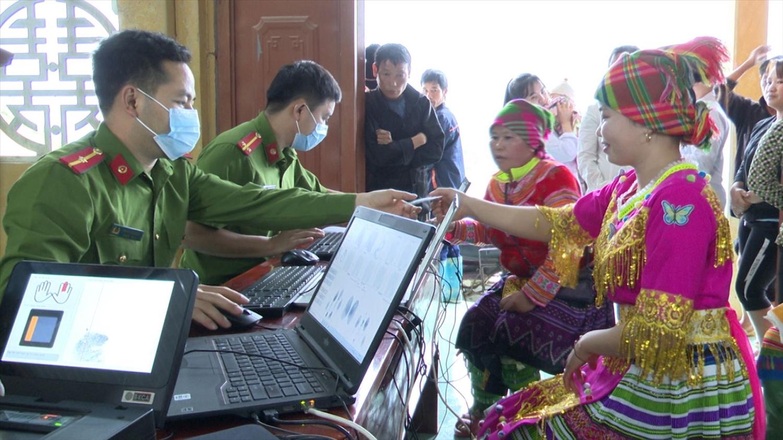 Người dân ở 2 thôn Khuổi Trang, Khuổi Củng, xã Xuân Lập, tỉnh Tuyên Quang phấn khởi khi làm thẻ căn cước. Ảnh minh họa