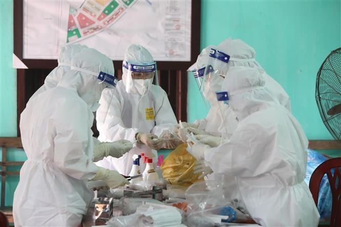 Trung tâm Kiểm soát Bệnh tật tỉnh Bắc Giang lấy mẫu xét nghiệm cho người lao động liên quan tới ổ Công ty TNHH Shin Young Việt Nam thuộc Khu công nghiệp Vân Trung. Ảnh: TTXVN