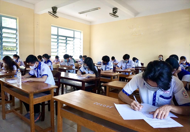 Các thí sinh tuân thủ quy định về khoảng cách và đeo khẩu trang trong suốt quá trình làm bài thi