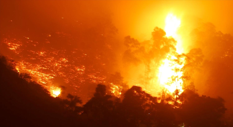 Một góc rừng khu vực Trung Bộ sáng rực giữa đêm tối do các đám cháy