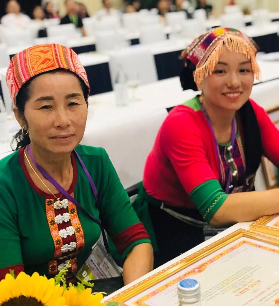Chị Vi Thị Trung (bên trái) có nhiều đóng góp trong hoạt động tín dụng chính sách xã hội.