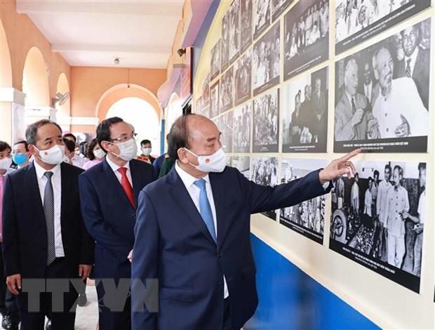 Chủ tịch nước Nguyễn Xuân Phúc tham quan Triển lãm Hình ảnh và Hình tượng Chủ tịch Hồ Chí Minh trong các tác phẩm điện ảnh tại Bảo tàng Hồ Chí Minh - Chi nhánh Thành phố Hồ Chí Minh. (Ảnh: Thống Nhất/TTXVN)
